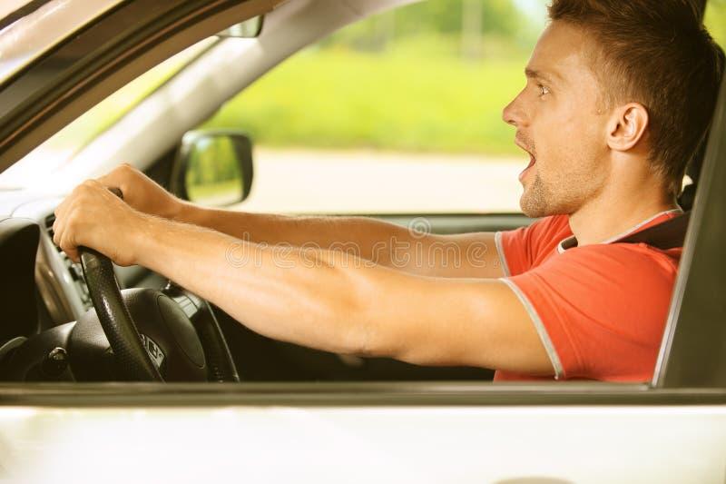 Homem novo no carro imagem de stock