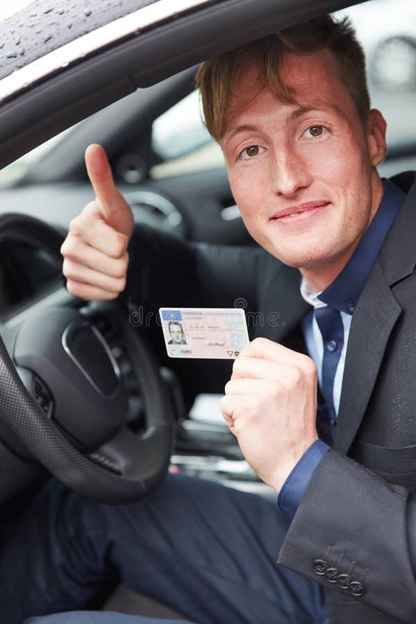 Homem novo no carro que guarda motoristas foto de stock royalty free
