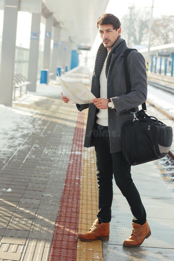 Homem novo no estação de caminhos-de-ferro fotos de stock