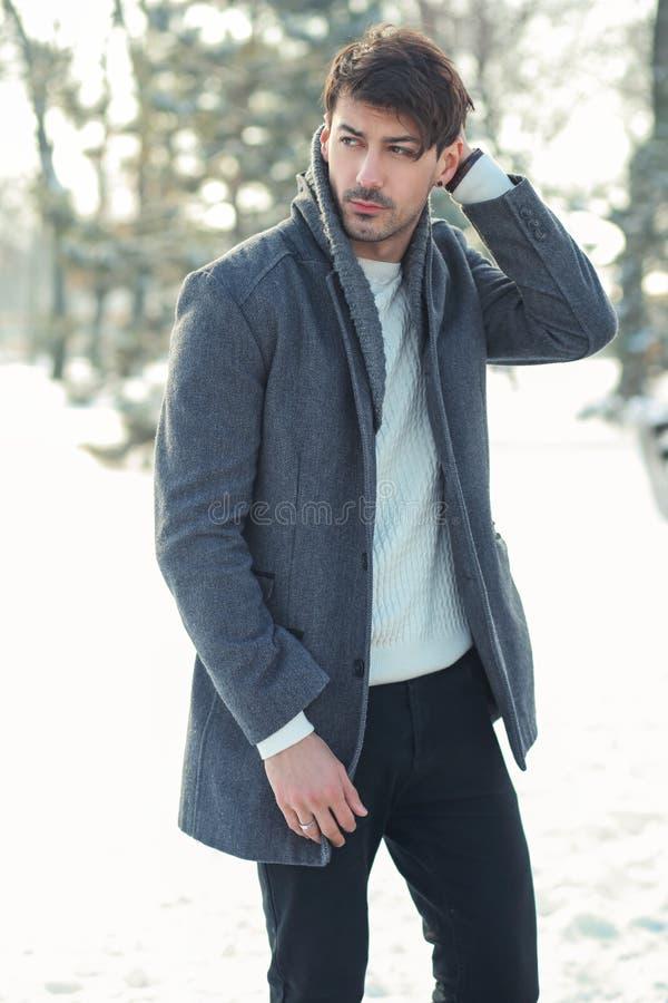 Homem novo no parque do inverno imagens de stock