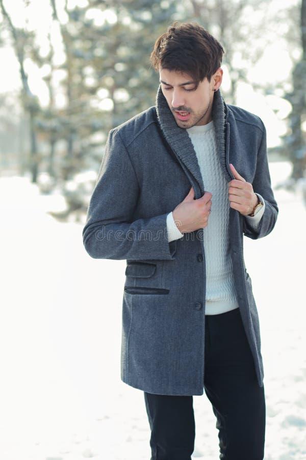 Homem novo no parque do inverno fotos de stock royalty free