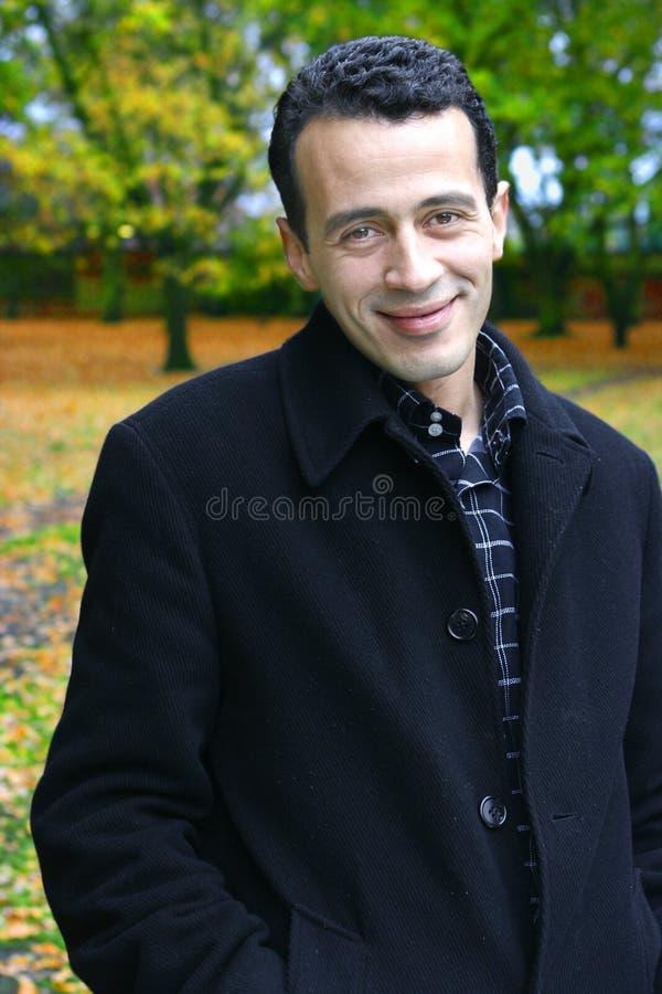 Homem novo no parque do outono imagem de stock
