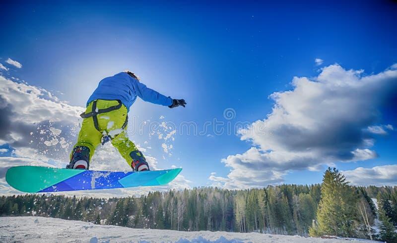 Homem novo no snowboard fotos de stock