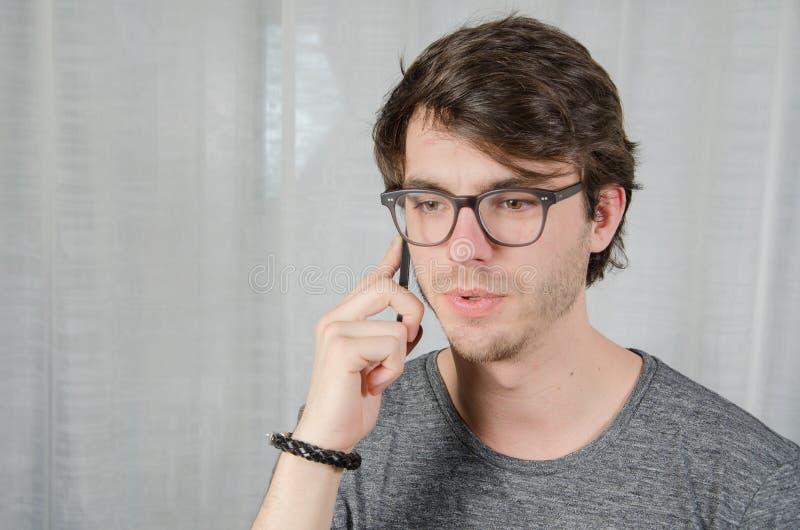 Homem novo no telefone fotografia de stock