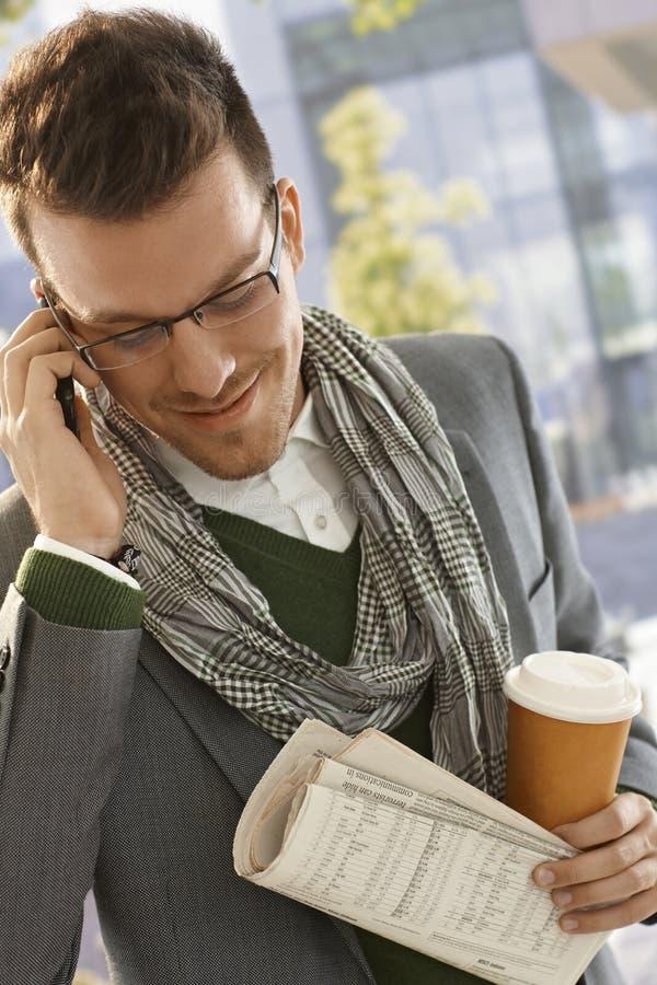 Homem novo no telefone móvel fora fotografia de stock