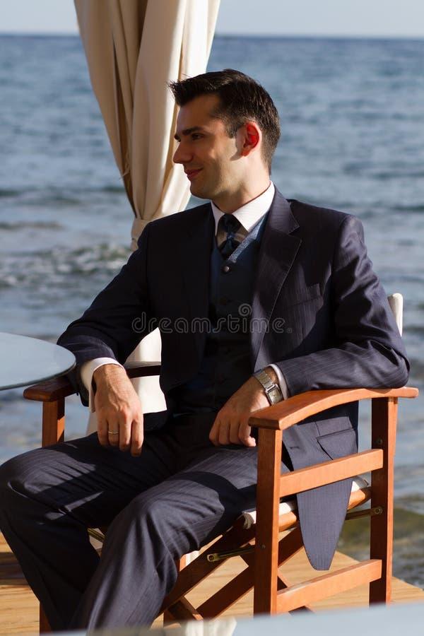 Homem novo no terno caro fotografia de stock royalty free