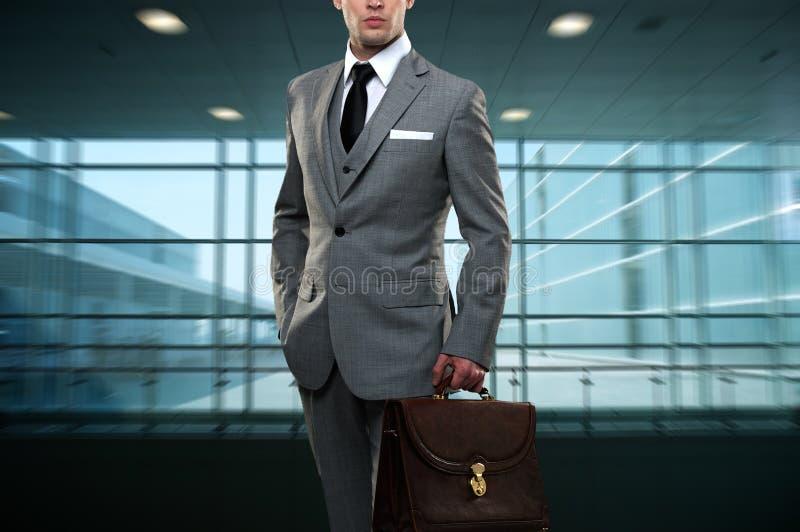 Homem novo no terno cinzento imagem de stock royalty free