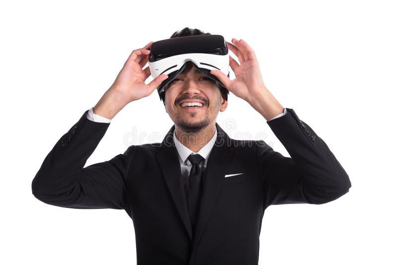 Homem novo no terno e 3d nos vidros, realidade virtual foto de stock