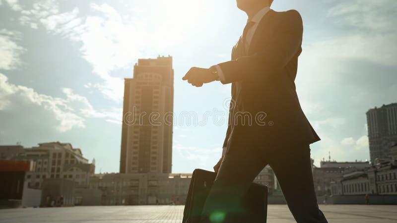 Homem novo no terno formal que anda em torno do homem da cidade, o bem sucedido e o presumido imagem de stock