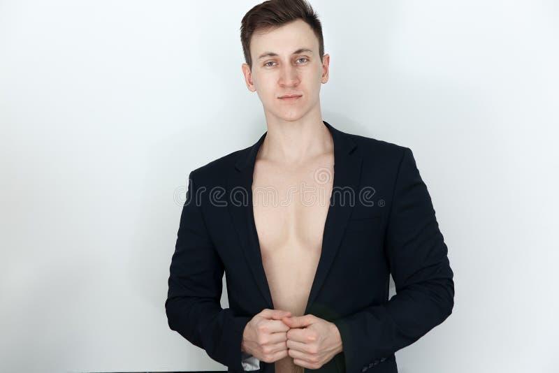 Homem novo no terno preto com corpo despido fotos de stock