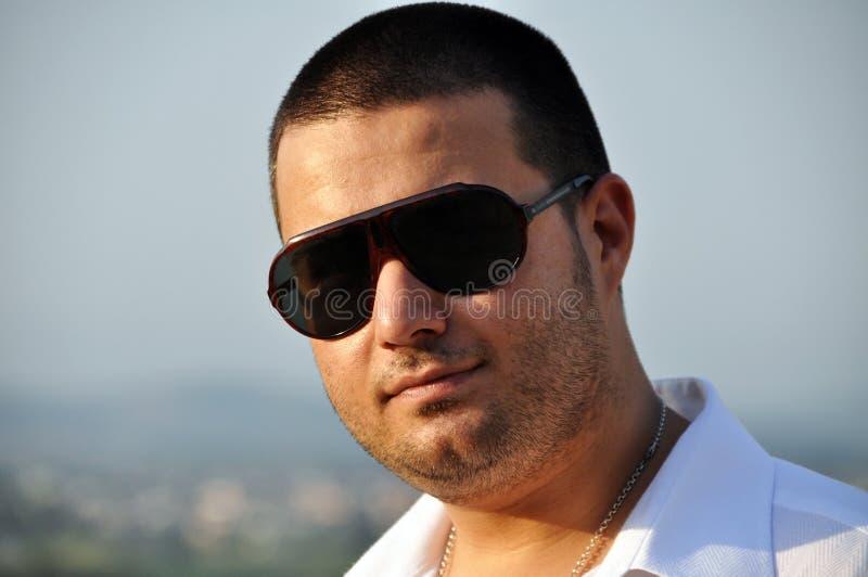 Homem novo nos óculos de sol imagens de stock royalty free