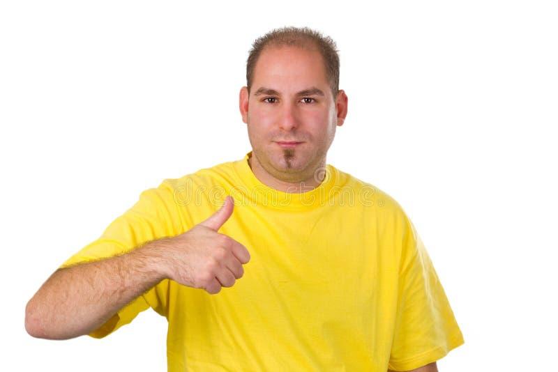 Homem novo ocasional que mostra o polegar acima imagem de stock