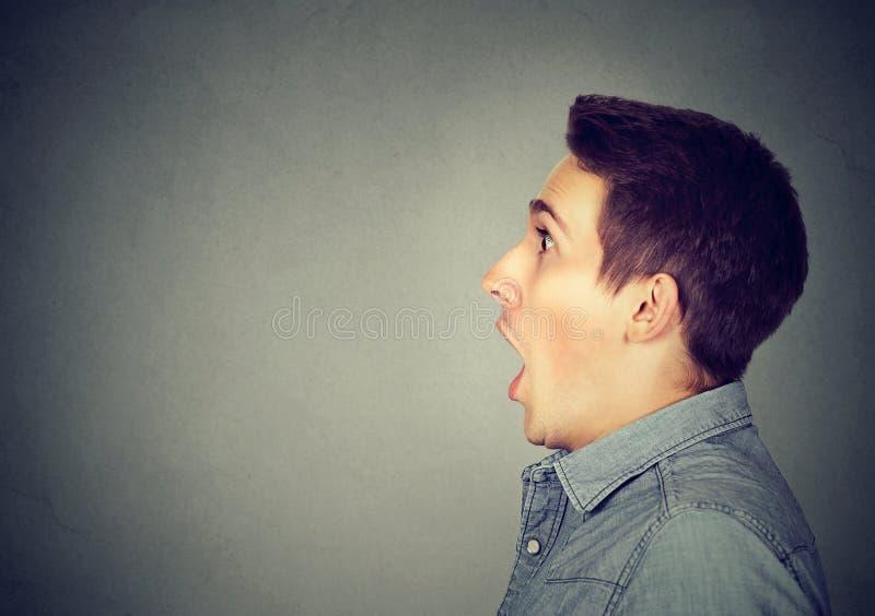 Homem novo ofuscado chocado close up imagem de stock