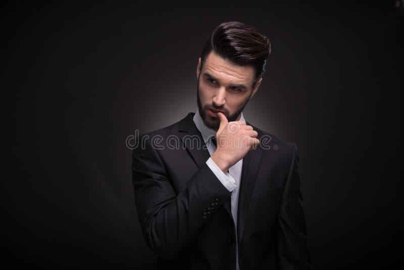 Homem novo, parte superior do corpo, terno de levantamento considerável elegante foto de stock royalty free