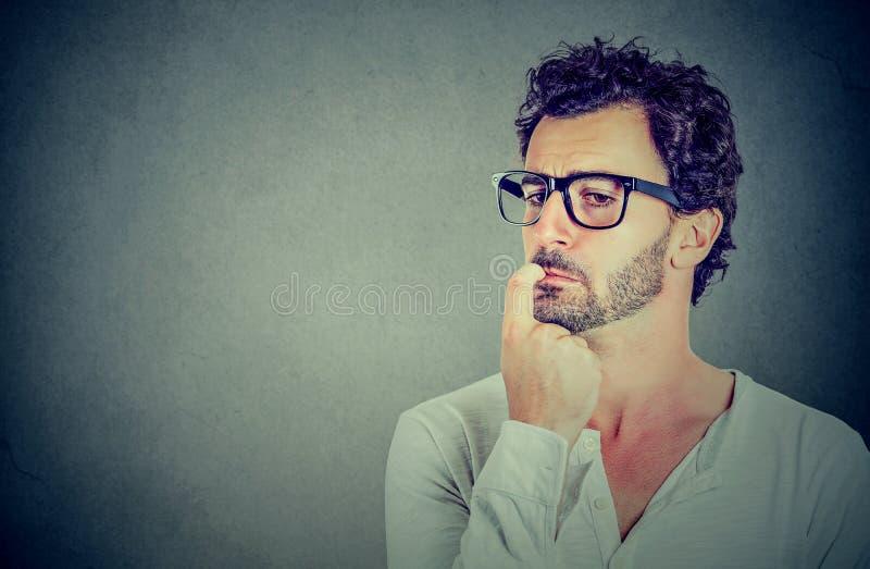 Homem novo preocupado deixado perplexo close up foto de stock