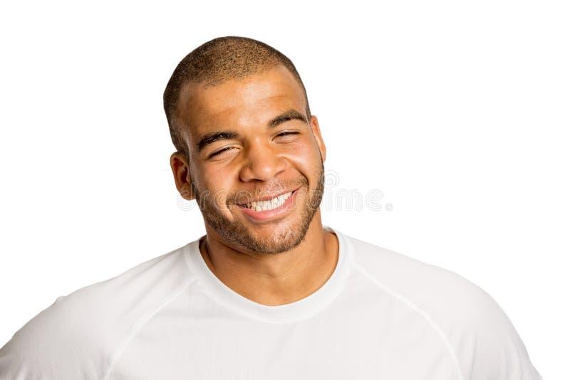 Homem novo preto bonito que ri, isolado no fundo branco imagens de stock royalty free