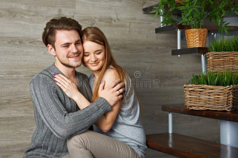 Homem novo que abraça sua amiga bonita fotografia de stock royalty free