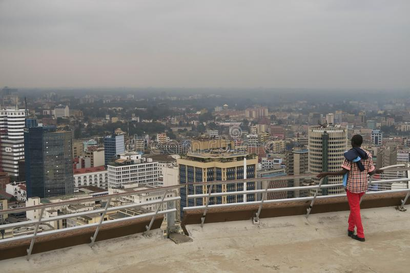 Homem novo que ama a vista sobre Nairobi Kenya fotografia de stock