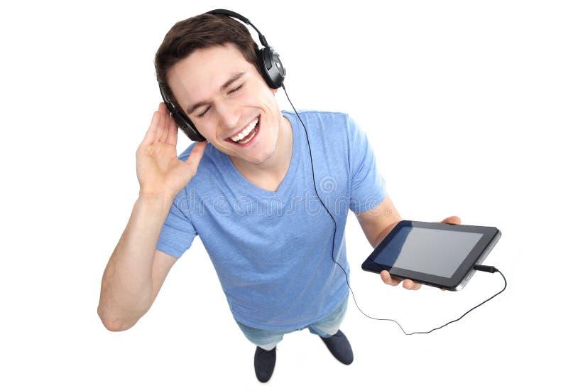 Homem novo que aprecia a música