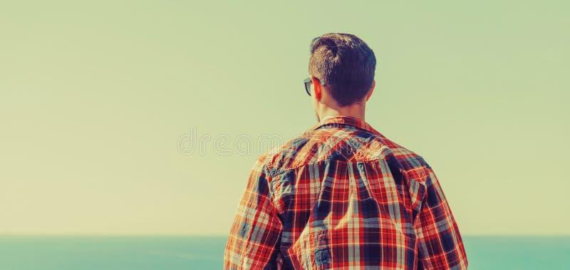 Homem novo que aprecia a vista do mar imagem de stock royalty free