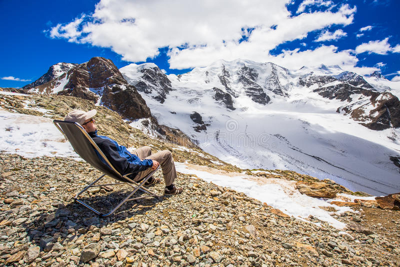 Homem novo que aprecia a vista impressionante da geleira de Morteratsch fotos de stock