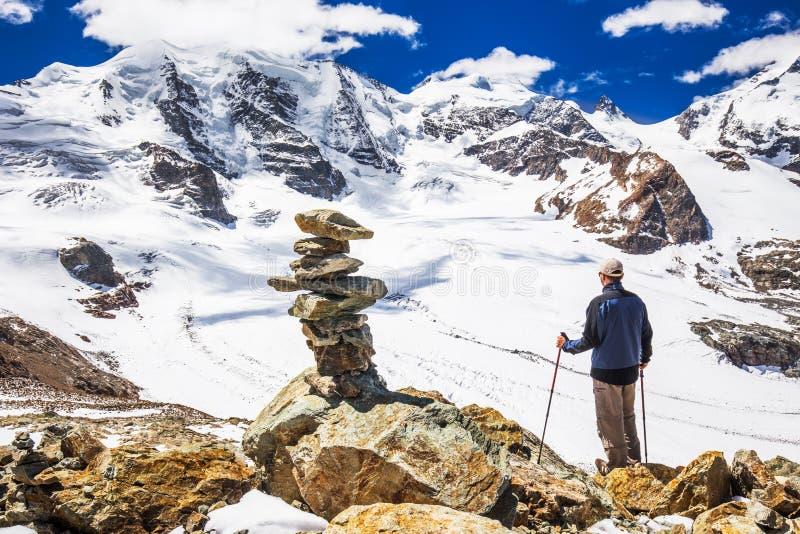 Homem novo que aprecia a vista impressionante da geleira de Morteratsch fotografia de stock