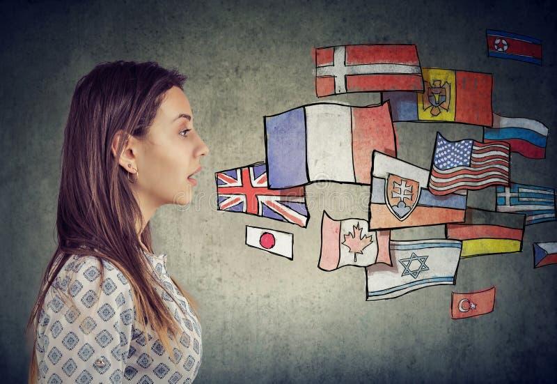 Homem novo que aprende línguas diferentes imagens de stock royalty free