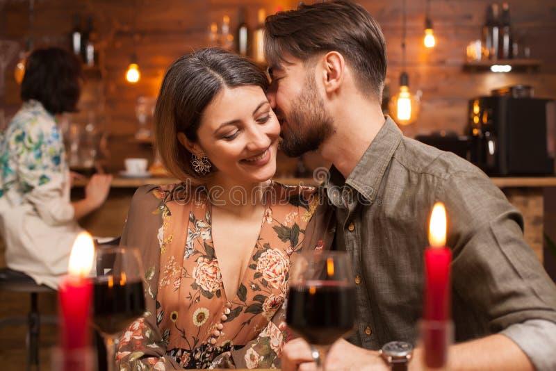 Homem novo que beija seu noivo em uma noite para fora fotografia de stock royalty free