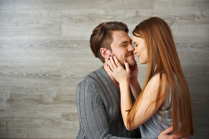 Homem novo que beija sua amiga bonita fotos de stock
