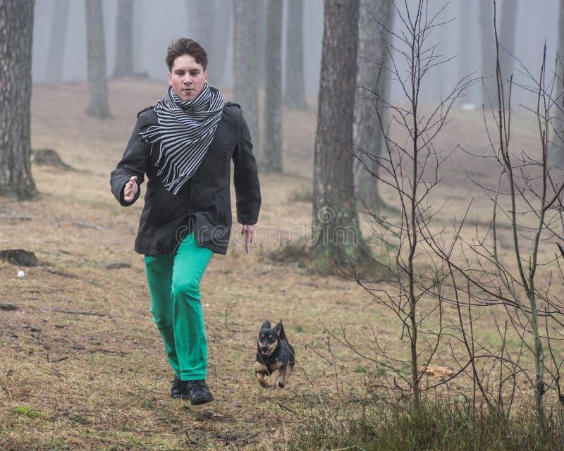 Homem novo que corre rapidamente na floresta fotografia de stock royalty free