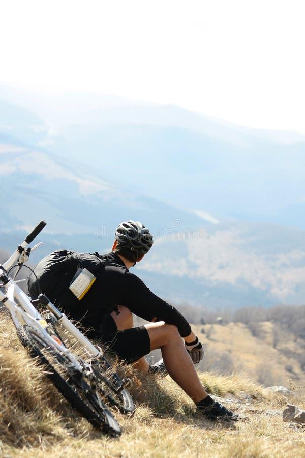 Homem novo que descansa de biking imagem de stock