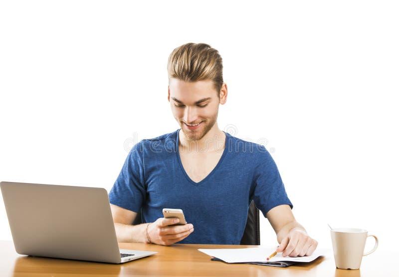 Homem novo que envia mensagens de texto foto de stock royalty free