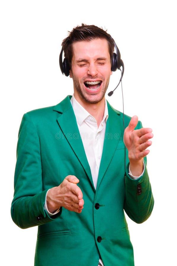 Homem novo que escuta a música fotografia de stock
