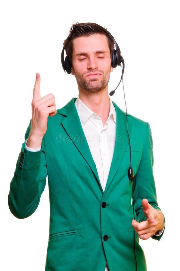 Homem novo que escuta a música imagem de stock
