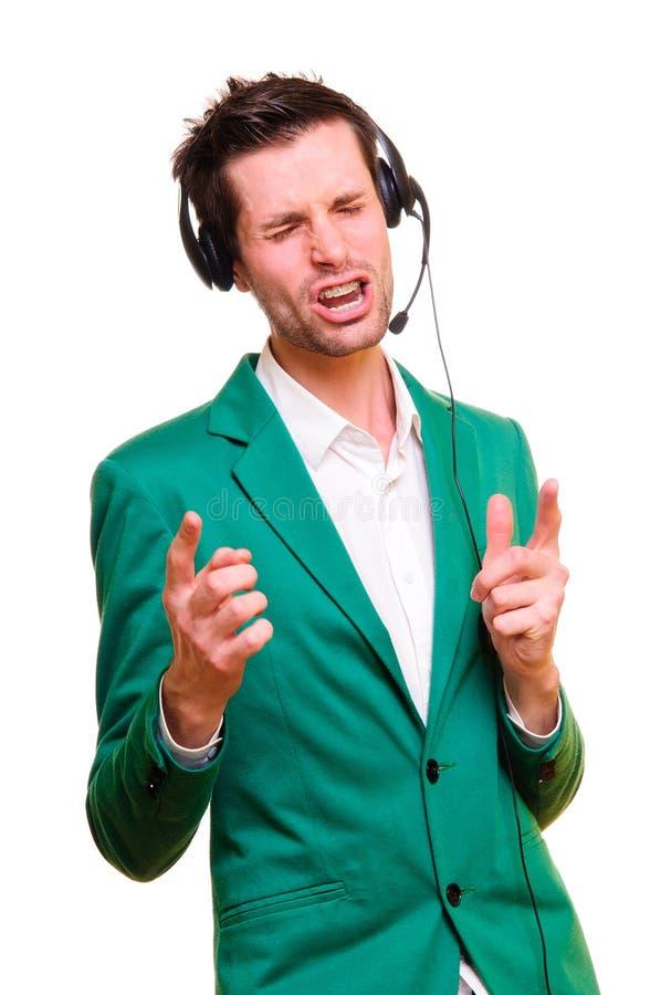 Homem novo que escuta a música imagens de stock