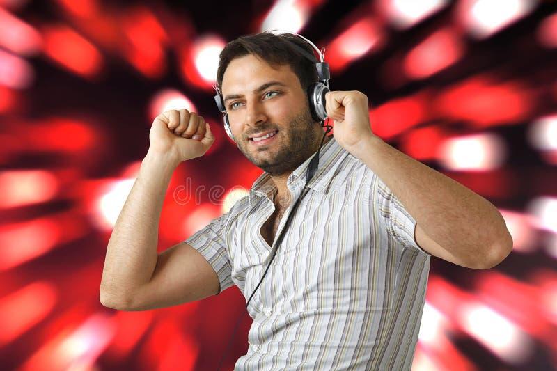 Homem novo que escuta a música imagens de stock royalty free