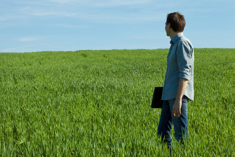 Download Homem Novo Que Está Com Um Portátil Imagem de Stock - Imagem de backwards, loneliness: 16857185