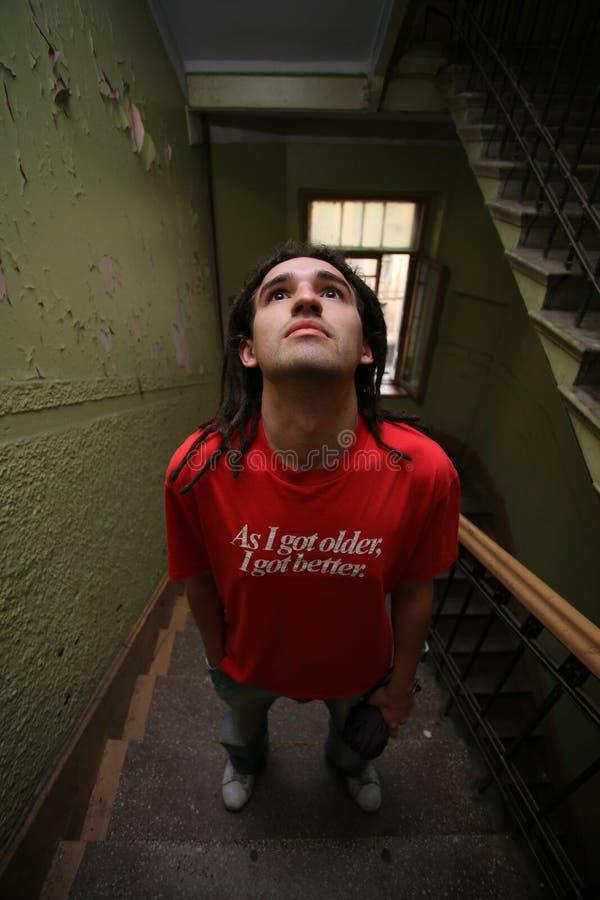 Homem novo que está no stairway imagens de stock royalty free