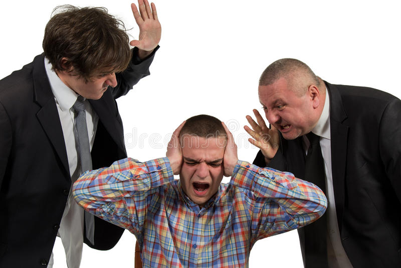 Homem novo que está sendo gritado no gerente masculino de perto dois sêniores no branco imagem de stock royalty free