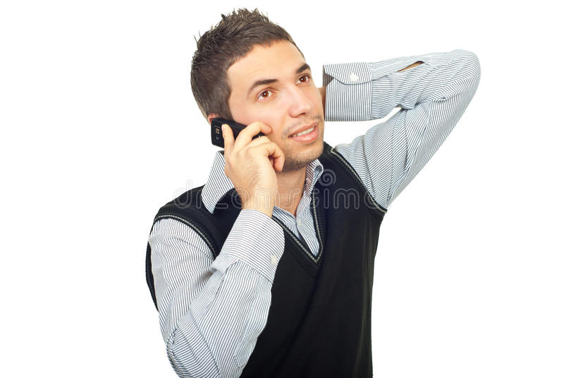 Homem novo que fala pelo móbil do telefone fotos de stock royalty free