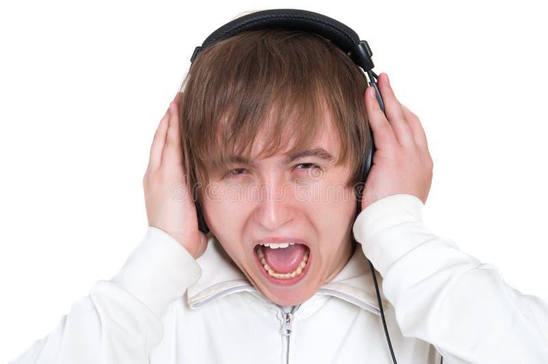 Homem novo que grita com auscultadores fotografia de stock