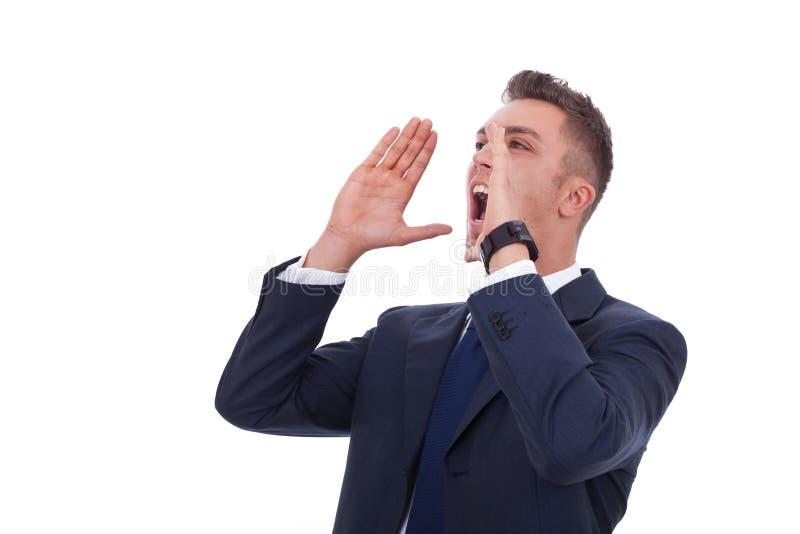 Homem novo que grita para fora ruidosamente fotos de stock royalty free