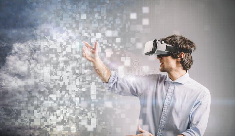 Homem novo que joga em óculos de proteção de VR Projeto gráfico fotos de stock