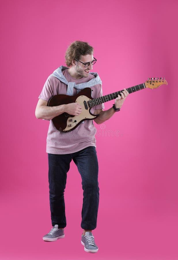 Homem novo que joga a guitarra elétrica fotos de stock royalty free