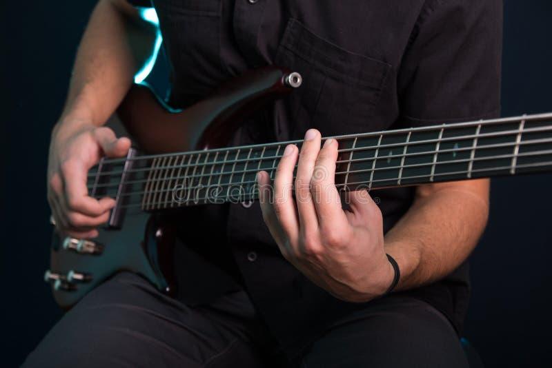 Homem novo que joga a guitarra elétrica foto de stock