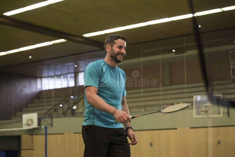 Homem novo que joga o badminton imagem de stock
