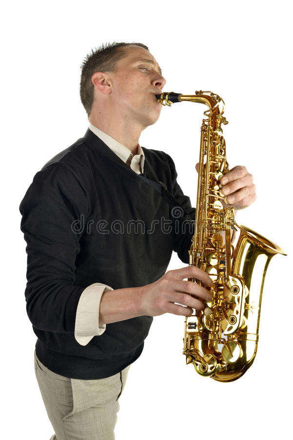 Homem novo que joga o saxofone fotografia de stock royalty free