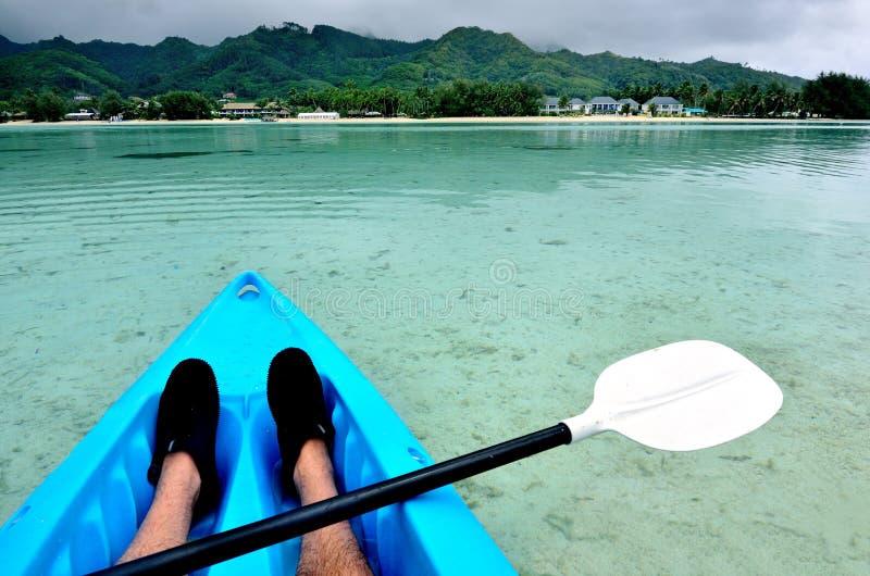 Homem novo que kayaking fotos de stock royalty free