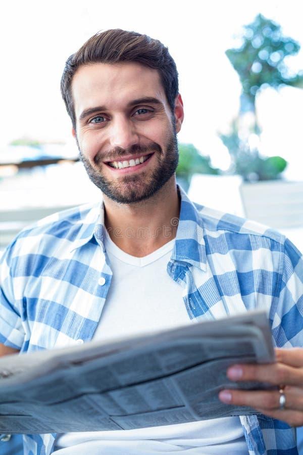 Homem novo que lê os jornais fotos de stock royalty free