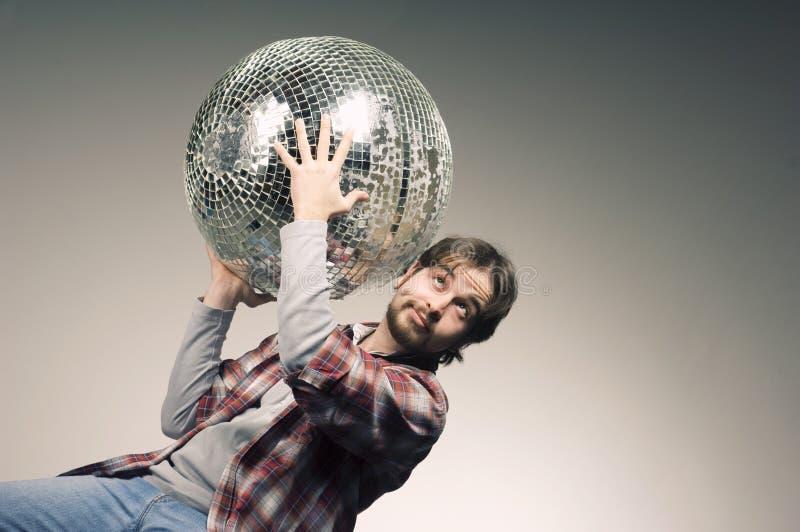 Homem novo que levanta com uma bola do disco fotos de stock royalty free